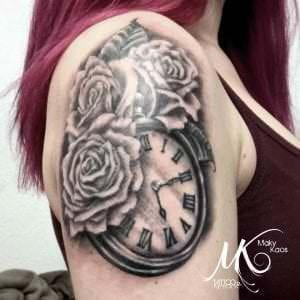 Estudios de tatuajes en Madrid - Black and grey: Tatuaje rosas y reloj en el hombro