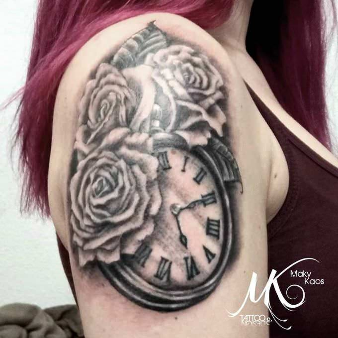 Tatuaje Black and grey: Tatuaje rosas y reloj en el hombro