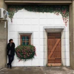 Rotulación a mano en Madrid - Trampantojo portón vivienda.