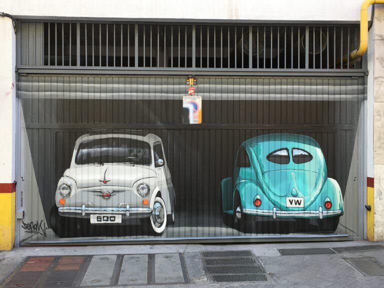 Graffiti en puerta de garaje