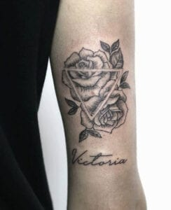Tatuajes en el brazo - Tatuaje con la palabra Victoria y dos rosas