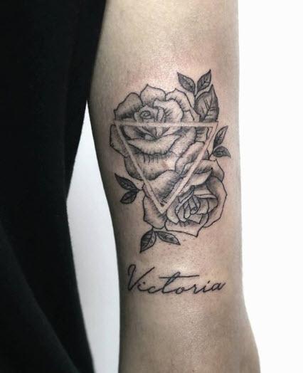 Tatuaje con la palabra Victoria y dos rosas