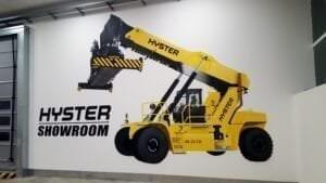Graffiti profesional - Murales: Realizamos la decoración del nuevo showroom de Hyster en las instalaciones de Gam.