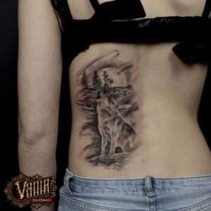 Tatuajes de lobos - Tatuaje lobo en la noche en la espalda