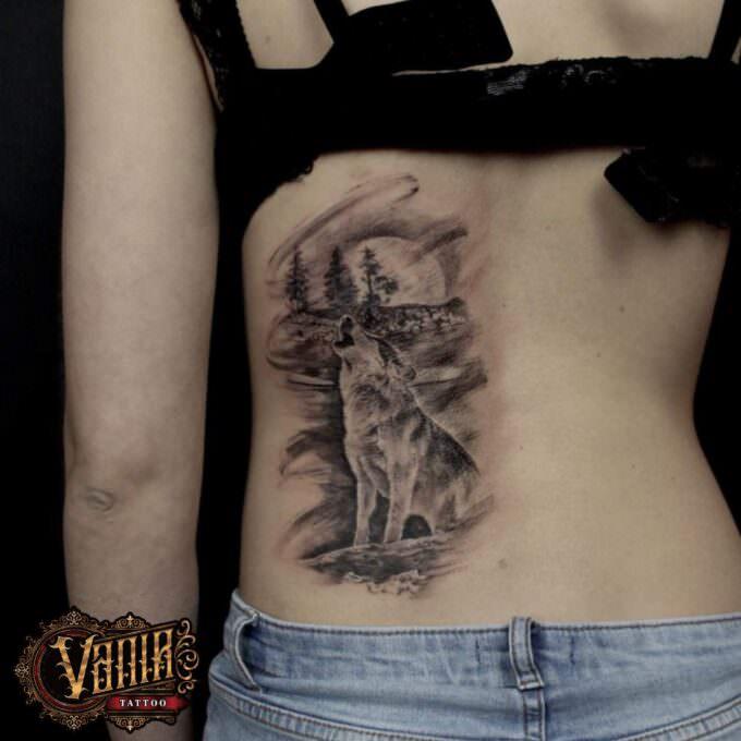 Tatuaje lobo en la noche en la espalda