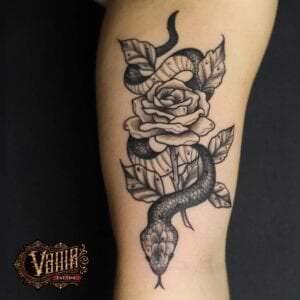Tatuajes de rosas - Tatuaje serpiente con rosa en blanco y gris