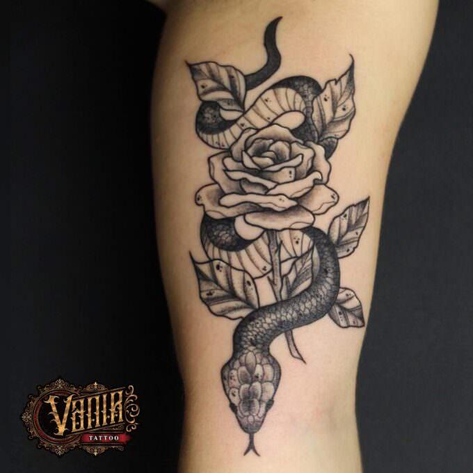 Tatuaje serpiente con rosa en negro y gris