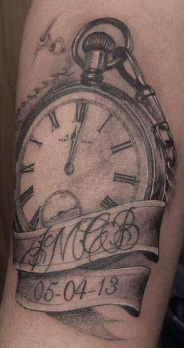 Tatuaje de un reloj de mano
