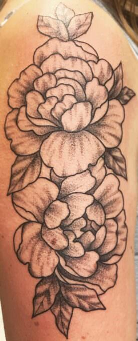 Tatuajes de rosas en negro y gris