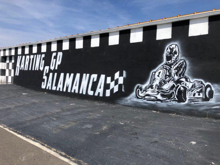Fachada decoración de karting con mural