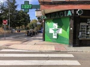 Graffiti comercial en Salamanca - Decoración de persiana en farmacia