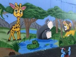 Graffiti comercial en Salamanca - Decoración fachada para los niños de colegio Calasanz