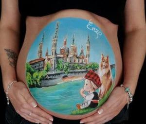 Belly Painting en Zaragoza - Tripita pintada a mano con la Basílica del Pilar, el río Ebro y el puente de Piedra de Zaragoza