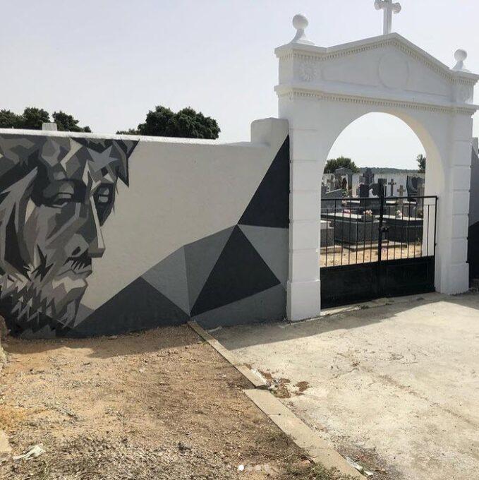 Decoración mural para la fachada de un cementerio