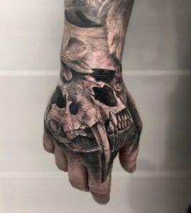Estudios de Tatuajes en Barcelona - Tatuaje en la mano de una calavera