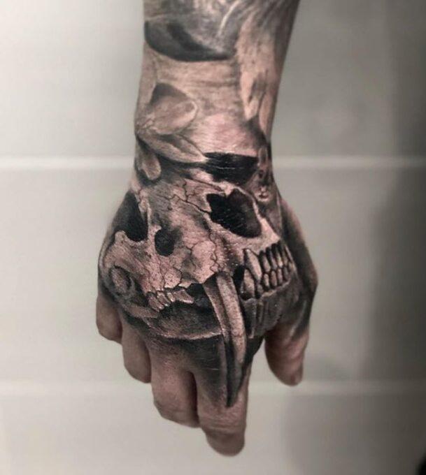 Tatuaje en la mano de una calavera