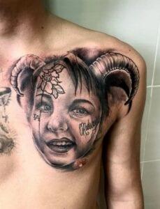 Estudios de Tatuajes en Barcelona - Tatuaje cara de una niña realista en el pectoral