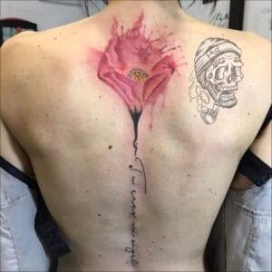 Tatuajes para Mujeres - Tatuaje lettering en la columna vertebral