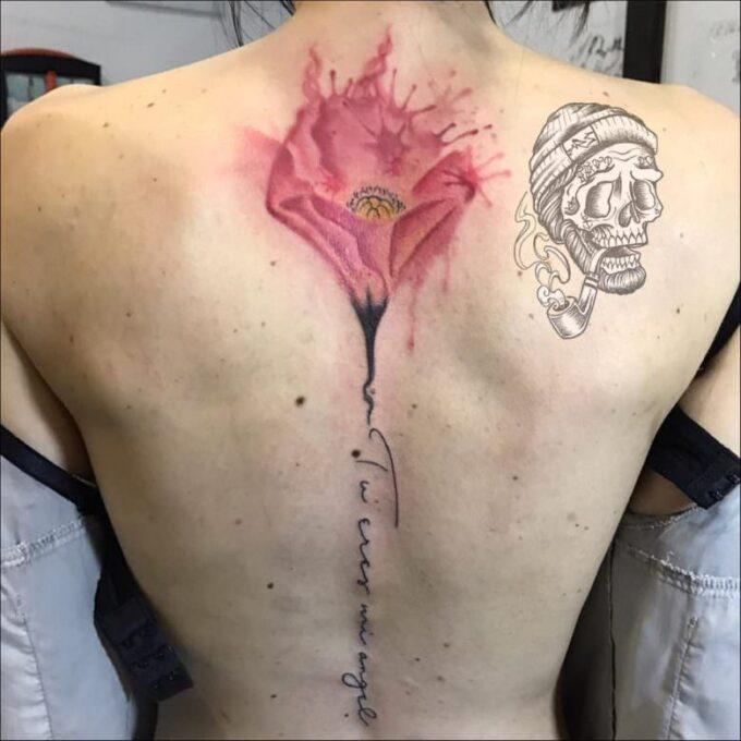 Tatuaje lettering en la columna vertebral