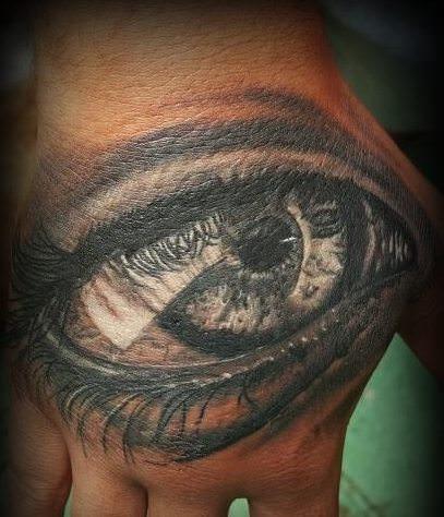 Tatuaje ojo realista en la mano