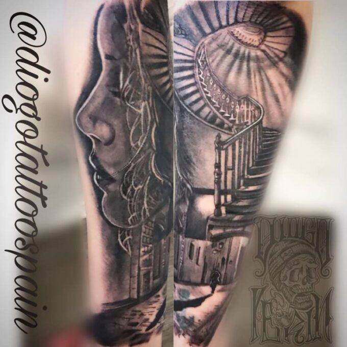 Tatuaje Black and grey realista de una cara y escaleras de caracol