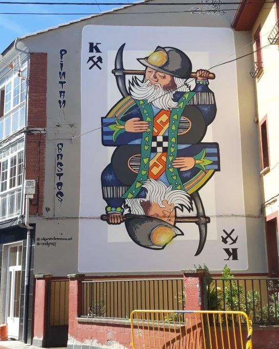 Mural carta de la baraja en la fachada de un edificio