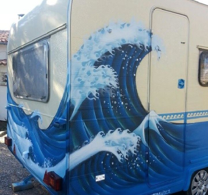 Graffiti de ola del mar en caravana