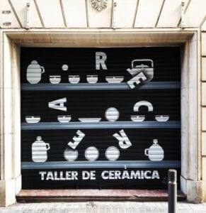 Rotulación a mano en Barcelona - Persiana metálica decorada con rotulación a mano