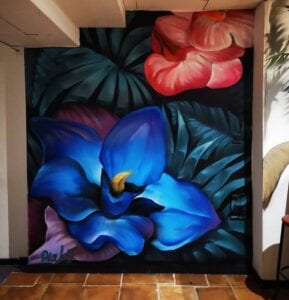 Graffiti comercial en Granada - Mural decorativo: Flores tropicales