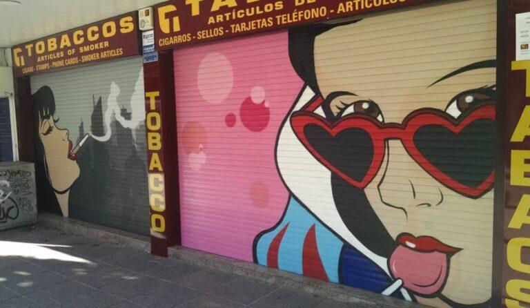 Persiana metálica con graffiti en Mallorca
