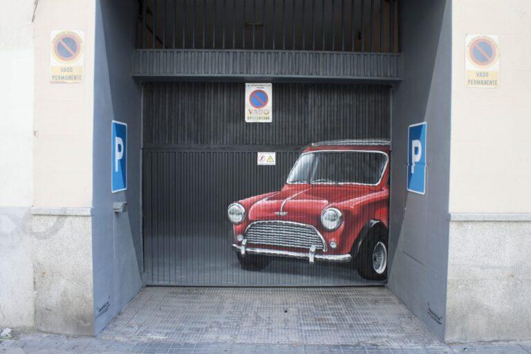 Portón de garaje particular con graffiti decorativo de un coche mini antiguo.