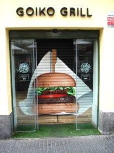 Graffitis - Graffiti en la persiana de la cadena de hamburgueserías Goiko Grill