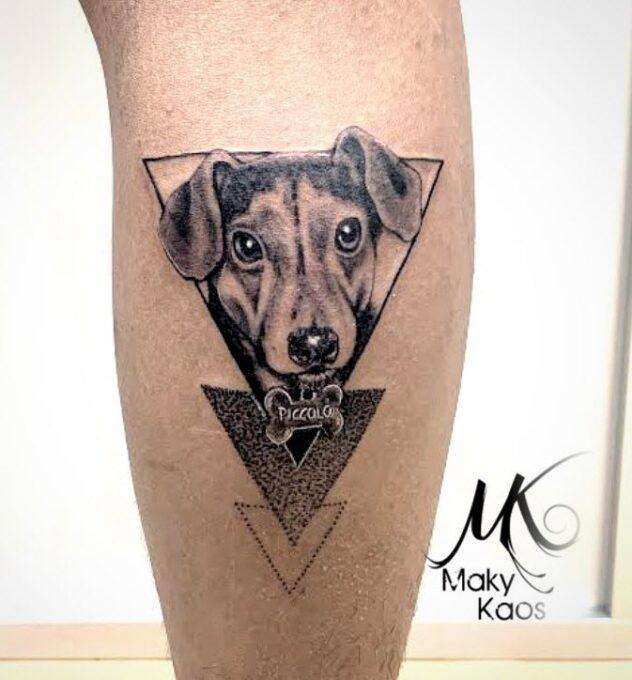 Tatuaje perro en el brazo estilo realista con tres triangulos