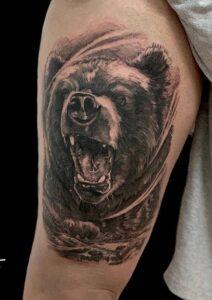 Estudios de tatuajes en Leganés - Tatuaje de un oso en el gemelo