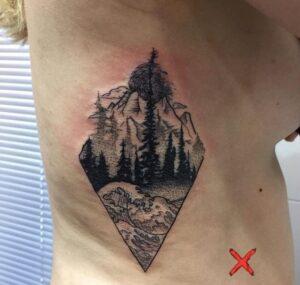 Tattoos de montañas - Tatuaje de olas y montañas en un rombo