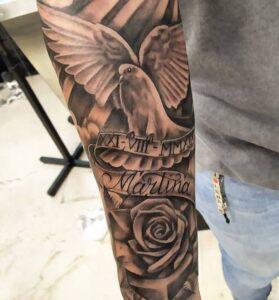 Tatuajes en el brazo - Tatuaje en el brazo cinta con nombre Martina y rosa