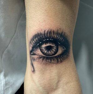 Estudios de Tatuajes en Barcelona - Tatuaje de un ojo con una lágrima (realista)
