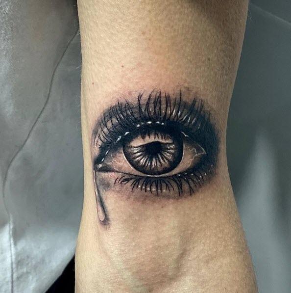 Tatuaje de un ojo con una lágrima (realista)