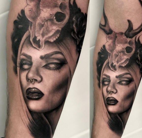 Tatuaje retrato de una mujer. Estilo realista en el brazo (black and  grey)