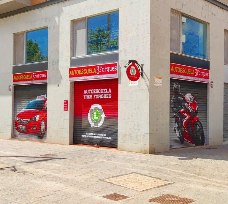 Graffiti persiana: Autoescuela 3 Forques