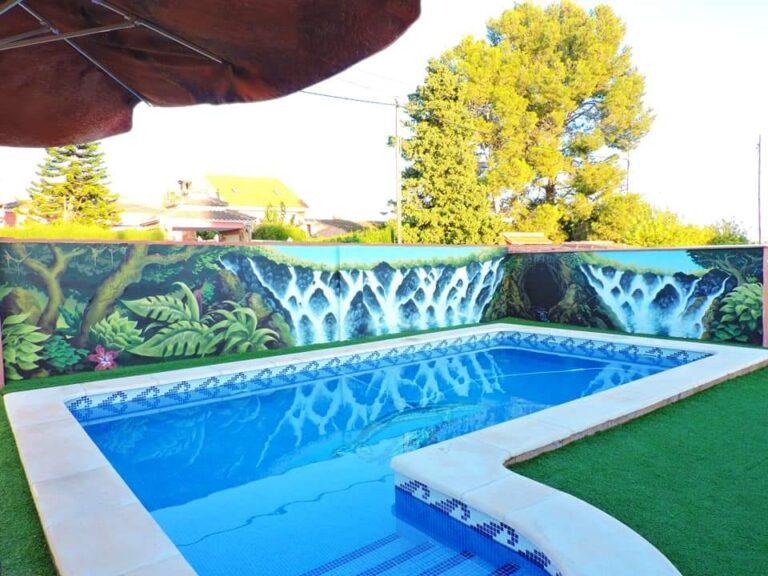 Graffiti en patio de interior de una piscina: Decoración de jardín