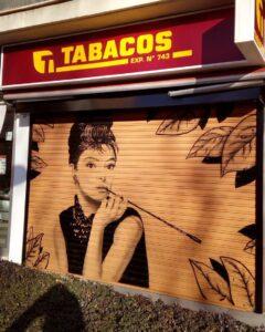 Graffiti profesional - Mural para persiana de un estanco con el retrato de Audrey Hepburn